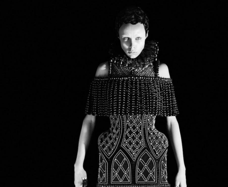 edie-campbell-by-david-sims-for-alexander-mcqueen-fw-13-14-01-600x489
