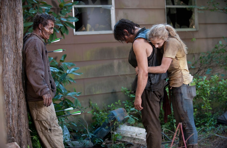 TWD_season-4-episode-12-beth-hugs-daryl