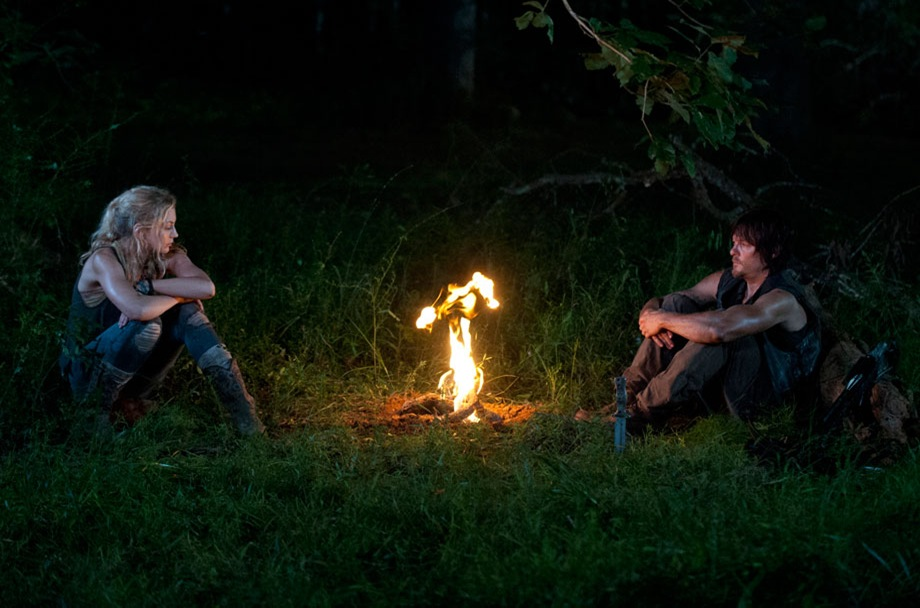 TWD_season4-episode10_daryl-and-beth-campfire