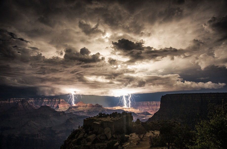 Nighttime-thunderstorm-over-the-Grand-Canyon